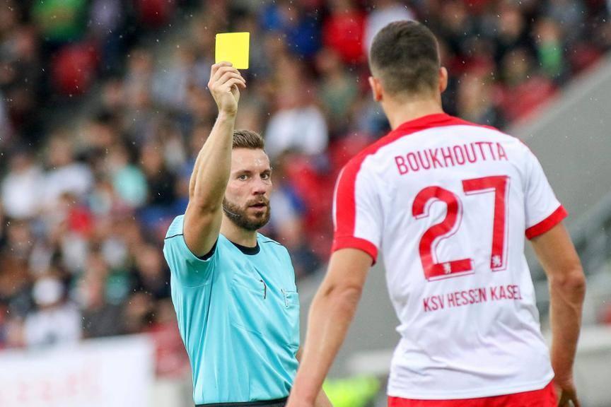 Julius Martenstein verwarnt einen Spieler von Hessen Kassel