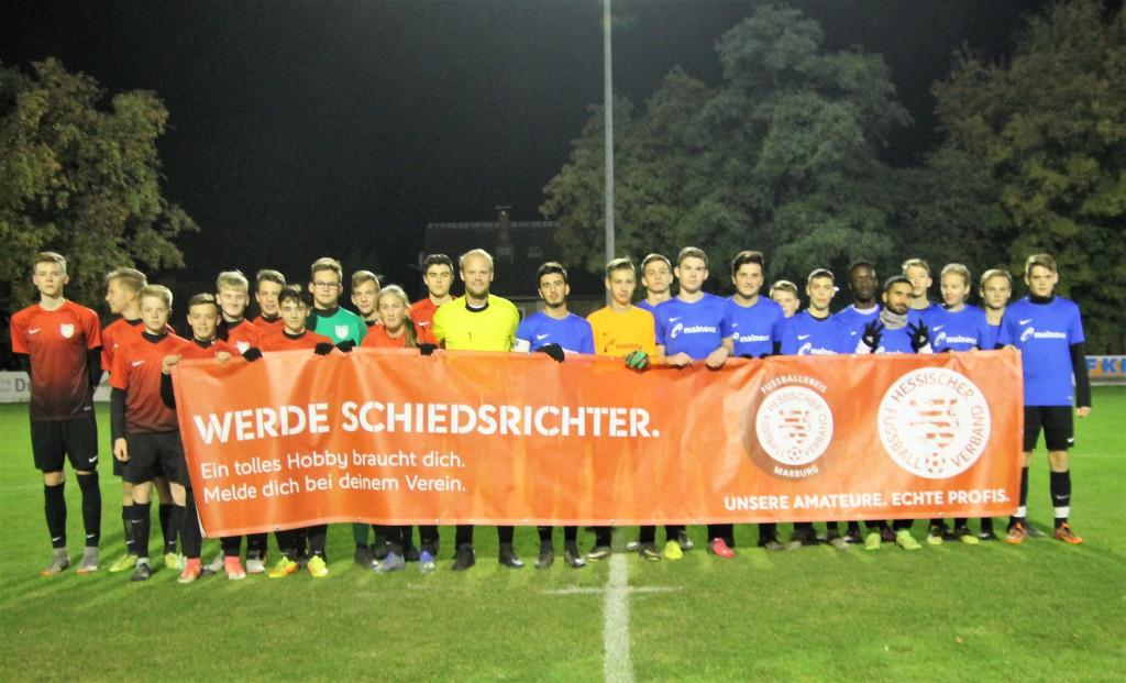 Die B-Jugend-Teams des VfL Dreihausen und des JFV Ohmtal Homberg gemeinsam mit SR Fabian Bierau